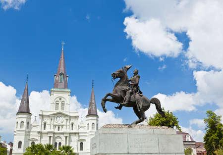 Kathedraal van Saint Louis en standbeeld van Andrew Jackson in de Jackson Square New Orleans  Stockfoto