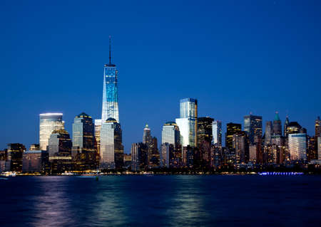 De nieuwe Freedom Tower en Lower Manhattan Skyline At Night