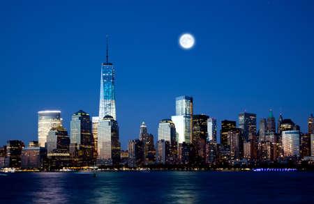 밤에 새로운 프리덤 타워와 맨하탄 스카이 라인