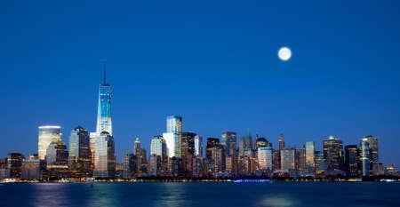 La nueva Torre de la Libertad y Manhattan Skyline en la noche Foto de archivo - 20993280