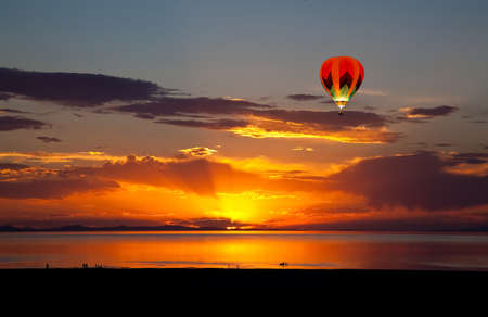 De kleurrijke zonsondergang landschap op het Great Salt Lake in Utah