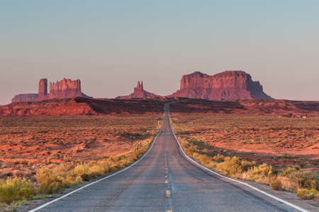 Monument Valley is well known for dramatic Western landscapes and Native Americans. 免版税图像