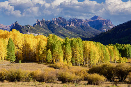 The Cimarron Mountain Range With Golden Leaves of Aspen Trees in the Beautiful Rocky Mountains of Colorado. Stok Fotoğraf