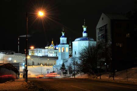 Kazan, Tartaristão, Rússia - 14 de dezembro de 2017 Paisagem da cidade do inverno da noite. A rua Bolshaya Krasnaya começa no cruzamento com a Rua Baturina, no sopé do Kremlin de Kazan. Foto de archivo - 92968050
