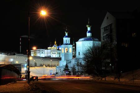 Kazan, Tartaristão, Rússia - 14 de dezembro de 2017 Paisagem da cidade do inverno da noite. A rua Bolshaya Krasnaya começa no cruzamento com a Rua Baturina, no sopé do Kremlin de Kazan. Foto de archivo - 92968053
