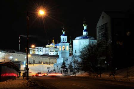 Kazan, Tartaristão, Rússia - 14 de dezembro de 2017 Paisagem da cidade do inverno da noite. A rua Bolshaya Krasnaya começa no cruzamento com a Rua Baturina, no sopé do Kremlin de Kazan. Foto de archivo - 92968052
