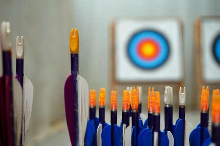 adentro y afuera: Flechas con objetivos en fondo fuera de foco