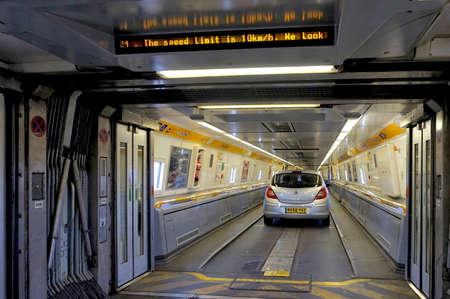 Folkestone, England, 7. Mai 2016: Türen zwischen den Wagen auf dem Euro-Tunnel Zug von Frankreich nach Folkestone im Vereinigten Königreich sind offen, wie die Autos beginnen zu fahren
