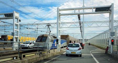 イギリスのフォークストンにユーロ トンネル鉄道の乗船待ちの車のコケル、パ ・ ド ・ カレー, フランス、2016 年 5 月 7 日: キュー