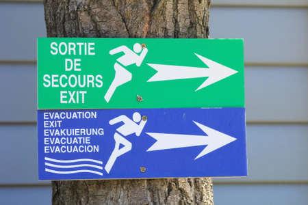 evacuacion: ST-AYGULF, Provenza, Francia: salida de emergencia y de evacuación de señales en un camping en el sur de Francia