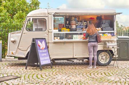 그리니치, 런던, 영국 - 10 월 30 일 2016 년 : 미확인 여성 고객과 자갈길에 모바일 음료 및 스낵 및 다과 반 에디토리얼