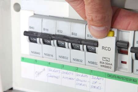 Prueba de un RCD (dispositivo de corriente residual) en una unidad de consumo eléctrico doméstico Reino Unido o caja de fusibles Foto de archivo - 66261898