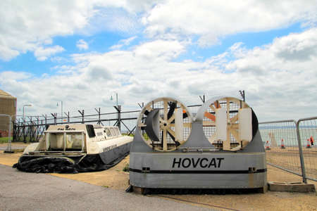 aéroglisseur: Lee-on-the-Solent, Hampshire, UK - June 10 2017: Two small hovercraft on display at the Hovercraft Museum in England Éditoriale