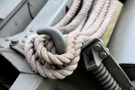 軍陸軍車両のフックにくくられたロープのクローズ アップ