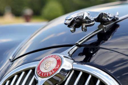 litre: Sandhurst, UK - 18th June 2017: Badge and Leaping Cat bonnet mascot of a Jaguar Mk 2 3.8 litre Editorial