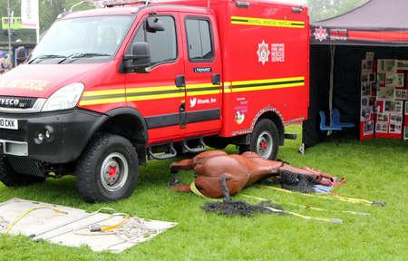 Beaulieu, Hampshire, Reino Unido - 29 de maio de 2017: Animal Rescue Vehicle pertencente ao serviço de bombeiros e salvamento de Hampshire, com cavalo manequim protético para fins de treinamento Foto de archivo - 94093891