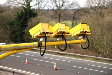 フリート、ハンプシャー、英国 - 2017年3月11日:M3高速道路で動作中の平均速度カメラは、道路工事の安全な限界に車両速度を減らすために