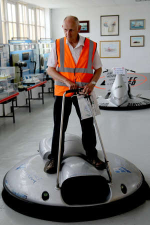 Lee-on-the-Solent, 햄프셔, 영국-2017 년 6 월 10 일 : 영국 호버크라프트 박물관에서 자원 봉사자 Gadgetmasters.com이 만든 1 인 미니 호버 크래프트 시연