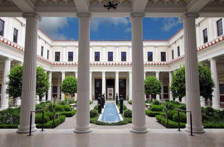 columnas romanas: Pacific Palisades, California, EE.UU. - 1 de junio de 2012: el patio interior de la Villa Getty, un centro educativo y un museo dedicado al arte y la cultura de la antigua Roma, Grecia y Etruria. Editorial