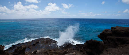 orificio nasal: Halona Blow Hole en la costa de Oahu, Hawaii Foto de archivo