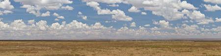Ein Panorama der Savanne und Gebirge in der Serengeti National Park, Tansania