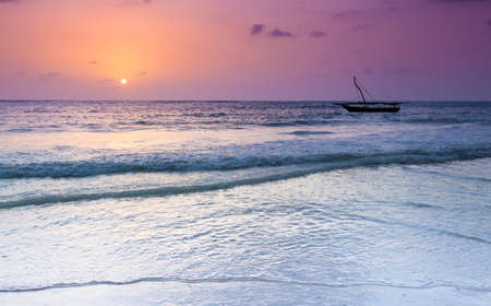 zanzibar: De ochtendzon als het gluurt over de easern horizon. Zanzibar, Tanzania