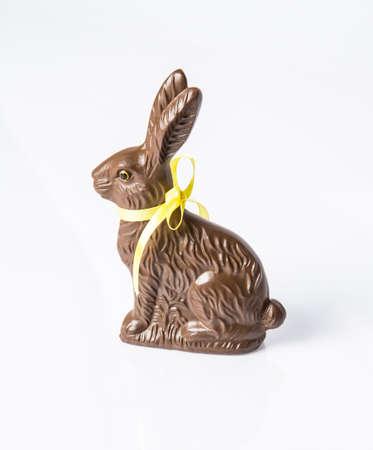 osterhase: Ein Schokoladen-Osterhase isoliert auf einem wei�en Hintergrund. Ein Oster-Favorit.