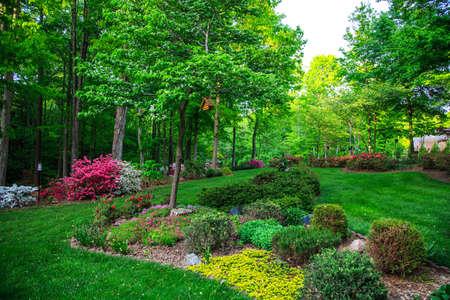 Pięknie zagospodarowany ogród, w Północnej Karolinie. Birhouses, drzewa, kwiaty i krzewy.