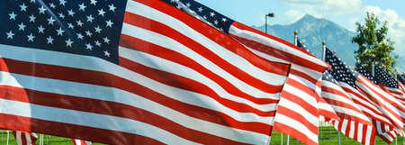 banderas america: Banderas de onda americana en el viento en un monumento en Utah Cuatro de Julio, D�a de los Ca�dos, 11 de septiembre de Veteranos