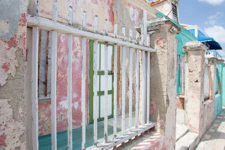 in disrepair: Case che sono caduti in rovina del tempo battuto isola di Curacao.