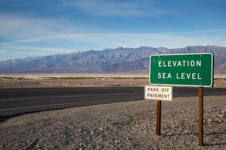 Das Zeichen markiert Meeresspiegel am Death Valley. Death Valley National Park, Kalifornien.