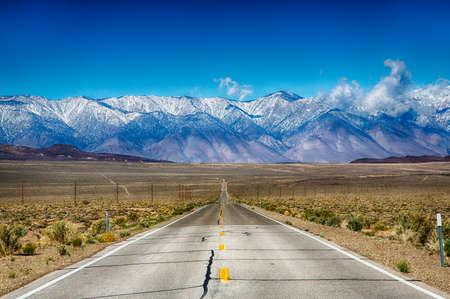 route: Un voyage sur la route le long de la Sierra Nevada montagnes de l'Est, Californie, USA.