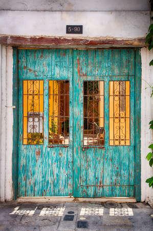 カルタヘナのカラフルな古い街の華やかな、歴史的なドア。