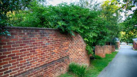 Die Serpentine Wände der Gärten auf dem Campus der University of Virginia