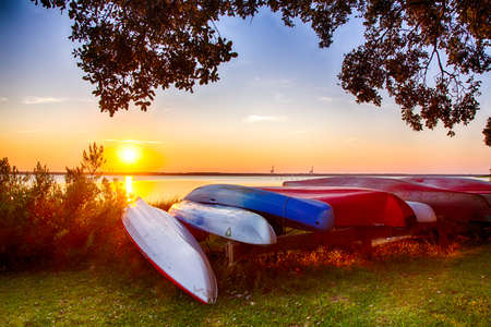 Colorful canoes on the bank of the Cape Fear River. Kure Beach, North Carolina. 版權商用圖片