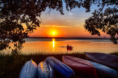 A family views the sunset from a canoe on the Cape Fear River. 版權商用圖片