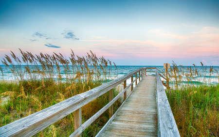 Öffentlicher Strand-Zugang auf Kure Beach an North Carolina Atlantice Küste. Standard-Bild