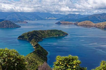 La vue depuis le haut de l'île Maud, île sans prédateurs, à la recherche dans les Marlborough Sounds en Nouvelle-Zélande Banque d'images