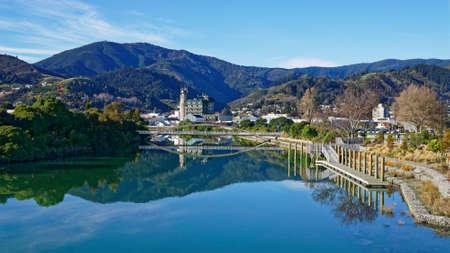 Panorama von Nelson City, spiegelt sich in den stillen Gewässern des Maitai River, Neuseeland.
