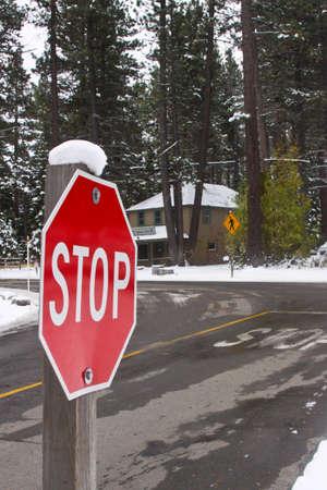 snowy stop sign Editöryel