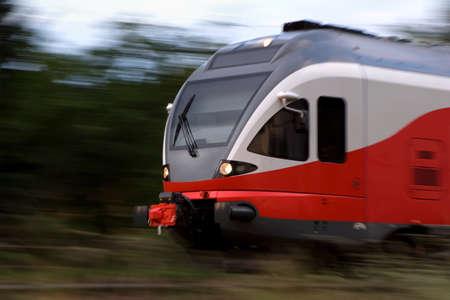 panning shot: Panning tiro di un treno ad alta velocit� sfocatura rosso naturale di movimento, senza filtri