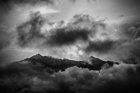 알프스에서 언덕의 극적인 흑백 사진