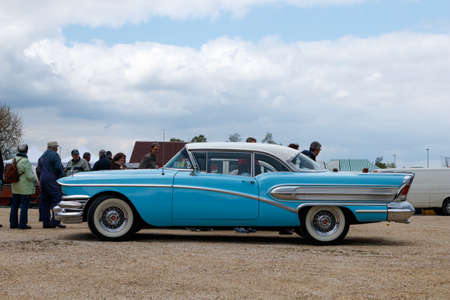 NORDLINGEN, DUITSLAND - APRIL 29, 2017: Buick Special oldtimerauto op de oldtimer vergadering van MotoTechnika op 29 April, 2017 in Nordlingen, Duitsland. Zijaanzicht. Redactioneel