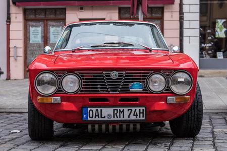 アウグスブルク、ドイツ - 2017年10月1日:アルファロメオ2000 GTヴェロスGTVオールドタイマーカーは、2017年10月1日にドイツのアウグスブルクでフガーシ 報道画像
