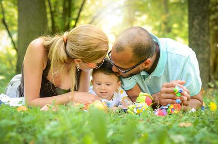 Gelukkig interraciale gezin geniet van een dag in het park Stockfoto