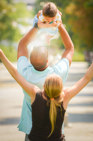 Vader en moeder vieren met hun zoon Stockfoto