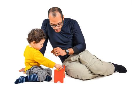 psicologia infantil: Padre e hijo están jugando juntos como parte de la terapia de los niños didácticos