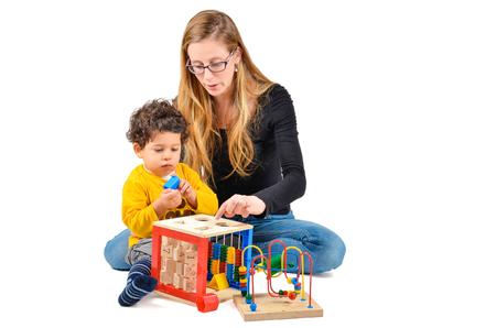 divertirsi: Madre e figlio stanno giocando insieme come parte della terapia di bambini creativi Archivio Fotografico