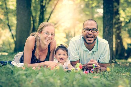 famille: Interracial famille heureuse est profiter d'une journ�e dans le parc en effet de filtre r�tro