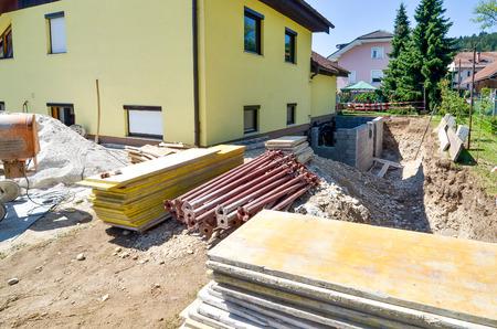 家族の家を再構築し、拡張子を追加します。建設現場を設定します。 写真素材 - 41184337